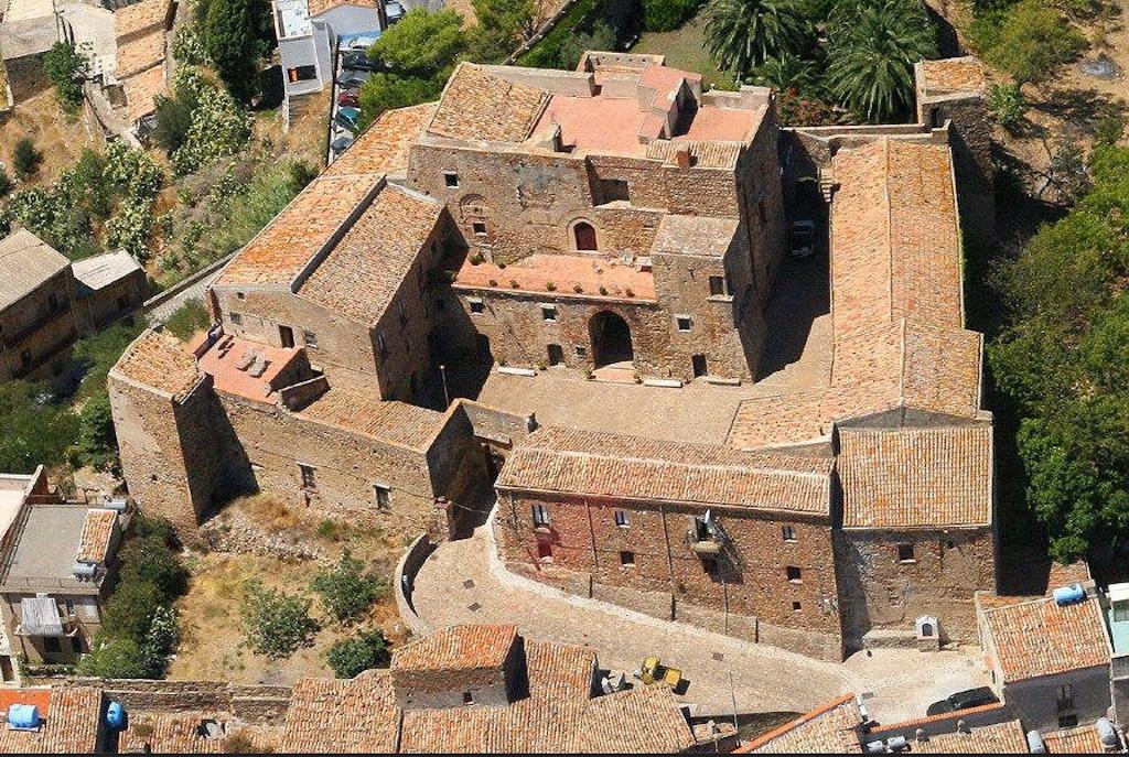 Caronia Burg Luftansicht